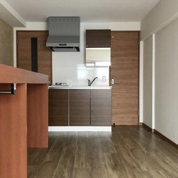 キッチンはダークな色が素敵。冷蔵庫は右の壁のところかな?