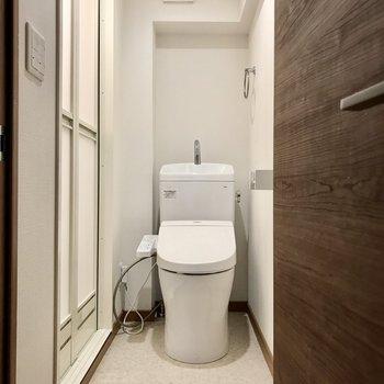 キッチンの右側の扉を開けるとそこはトイレ。フルリノベで綺麗になりました!