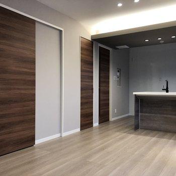【LDK】手前のお部屋がバスルームです。