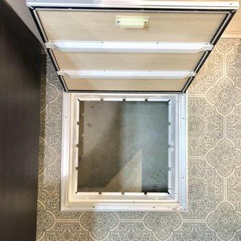 オシャレな模様の床には床下収納あります!シャンプーなどのストックを入れるのもいいですね。