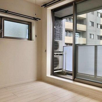 【洋室】二面採光のお部屋で、空気の入れ替えが便利です。