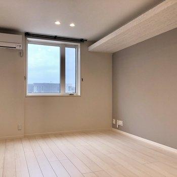 【LDK】上の棚の部分は照明になっており、明るさを調整できます。