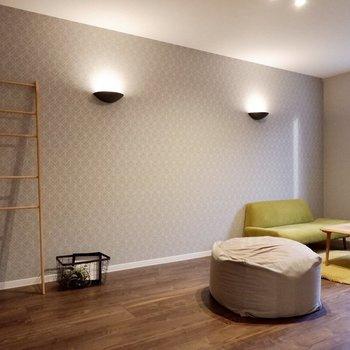 【洋室①】リビングと隣接した洋室は9.3帖と広々です。