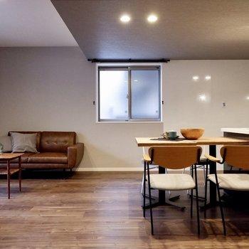 ダイニングにソファも置ける広さです。腰窓なので家具を置く幅も広がります。