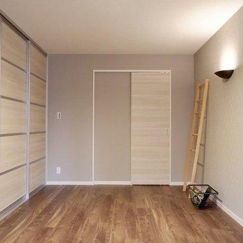 【洋室①】照明やクロスなど細かな部分にも工夫がされています。