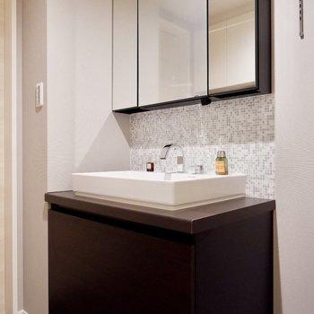 手で触れることなく、センサーで反応する照明付きの独立洗面台です。