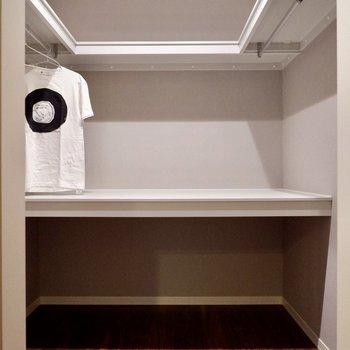 【洋室①】一部棚付きで、その他の場所だと丈の長いコートもかけられる万能な収納です。