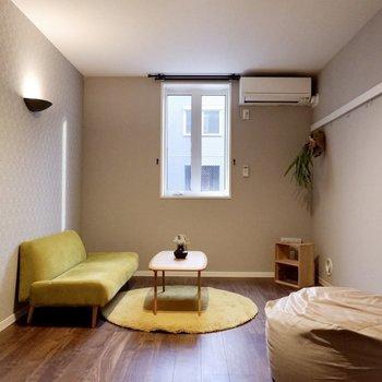【洋室①】小窓が付いていて換気もしやすいですよ。