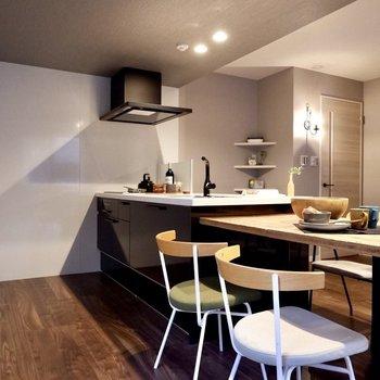 リビングと一体的になっているキッチン、ダイニングを寄せて空間にゆとりを。
