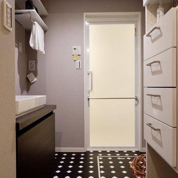 床のアクセントがホテルライクな洗面所です。