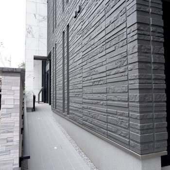 スロープがあり、バリアフリーな建物です。