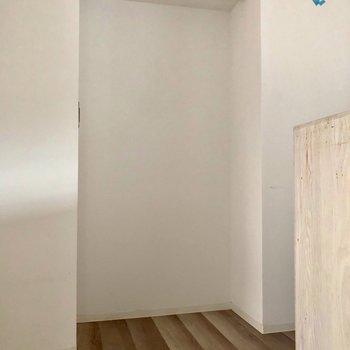 冷蔵庫はここに。※写真は3階の同間取り別部屋、クリーニング前・通電前のものです