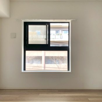 コンパクトな洋室へ。※写真は3階の同間取り別部屋、クリーニング前・通電前のものです