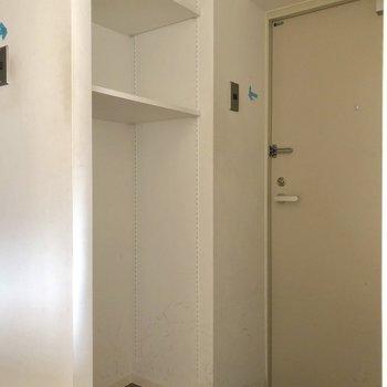 シューズボックス以外にも収納ありますよ。※写真は3階の同間取り別部屋、クリーニング前・通電前のものです