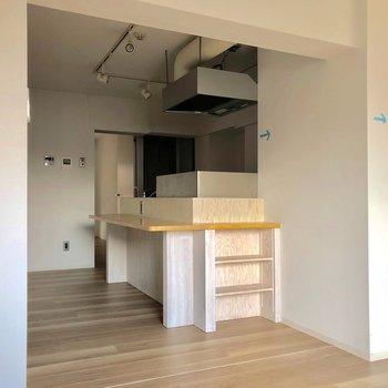 キッチンの横の小さな棚が好き!※写真は3階の同間取り別部屋、クリーニング前・通電前のものです