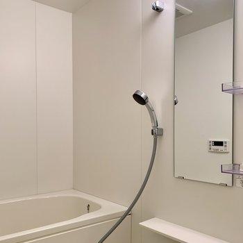 鏡と棚付きなのが便利ですね。※写真は1階の同間取り別部屋のものです