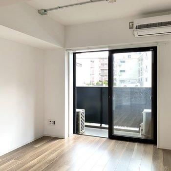 【LDK】奥まった場所にはソファやテーブルを置いて、リラックススペースに。※写真は1階の同間取り別部屋のものです