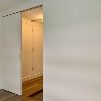 【洋室5.2帖】就寝時は引き戸を閉めちゃいましょう。※写真は1階の同間取り別部屋のものです