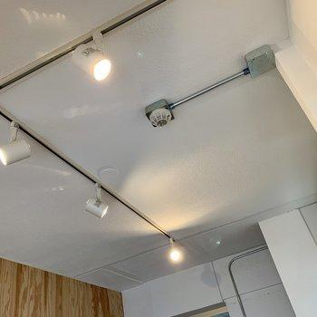 【LDK】お部屋を照らしてくれるのはライティングレール。※写真は1階の同間取り別部屋のものです