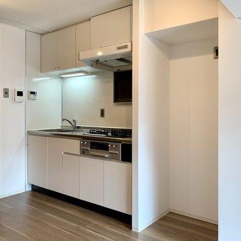 【LDK】キッチン上下に調理器具や調味料がたっぷりしまえます。※写真は1階の同間取り別部屋のものです