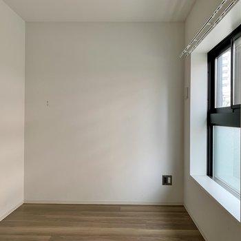 【洋室5.2帖】セミダブルベッドが置けるくらいの広さ。搬入の際は経路の確認を!※写真は1階の同間取り別部屋のものです
