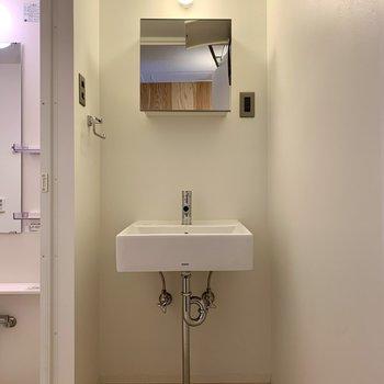 むき出しの配管がかっこいい洗面台。※写真は1階の同間取り別部屋のものです