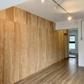 【LDK】クロスはザラッとした手触りで木を感じます。※写真は1階の同間取り別部屋のものです