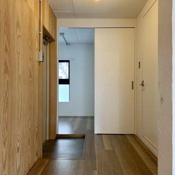 玄関にはシューズボックスがありません。サイドに置けそうなスペースはありますよ。※写真は1階の同間取り別部屋のものです
