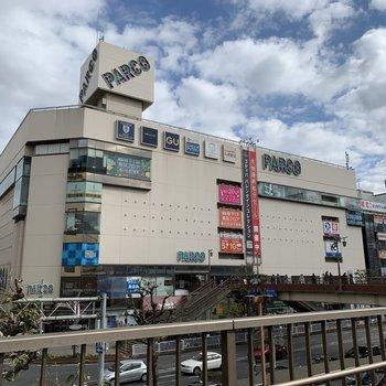 駅周辺にはショッピングモールがいくつか。帰りにお買い物が楽しめます。