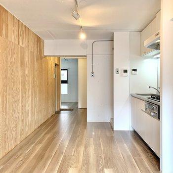 【LDK】壁側に食器棚を置いても良さそう。※写真は1階の同間取り別部屋のものです