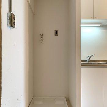 【LDK】洗濯機置き場はキッチン隣。カーテンが取り付けられるようになっています。
