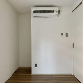 【洋室5.2帖】収納がないので、窪みにラックや棚を置いてもいいですね。