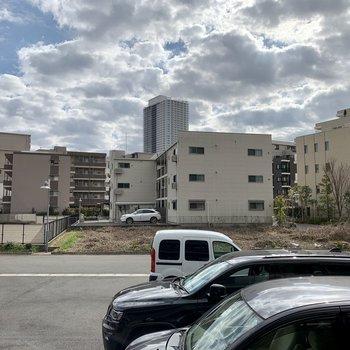 眺望は駐車場と通路。遮像カーテンで目線対策を。