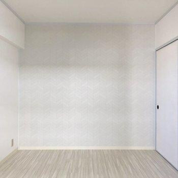 6帖の洋室。こちらも真っ白。