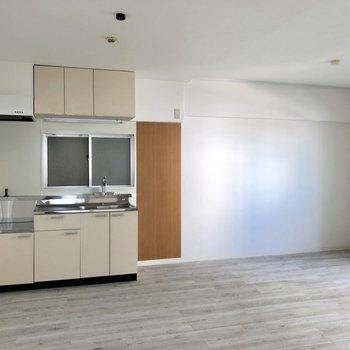 キッチン横にはブラウン発見。棚や冷蔵庫を隣に並べて。