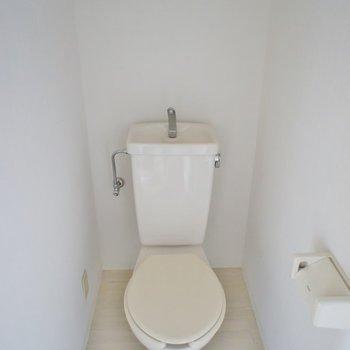 トイレ上の棚に収納できます。※写真は3階の同タイプのお部屋のもの