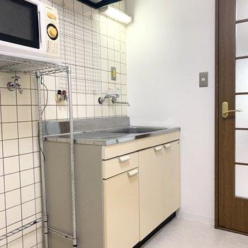 お部屋を出た位置にキッチン。背面のタイルが素敵。