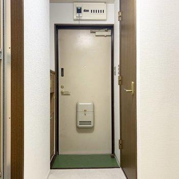 左が浴室、右がトイレ。玄関の周りに水廻りは集約されています。