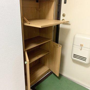 玄関にはシューズボックス。上が倒し扉の変わったタイプです。