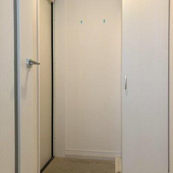 玄関までもホワイト空間。(※写真は清掃前です)