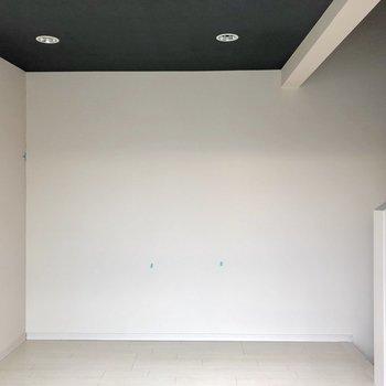 天井はネイビー。ライトでお洒落に仕上げたい。(※写真は清掃前です)