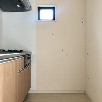 キッチンは居室とは分けられて。小窓発見〜!(※写真は清掃前です)