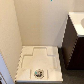 隣に洗濯機置場です。(※写真は清掃前です)