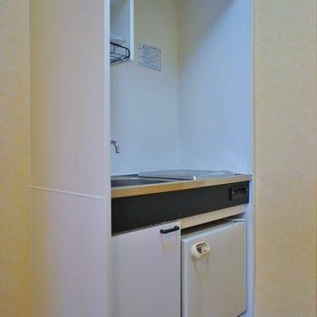 キッチンはかなりコンパクト※写真は同タイプの別室です。