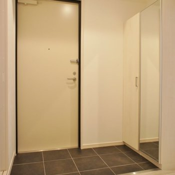 玄関もこの広さ!。※写真は2階の同タイプのもの