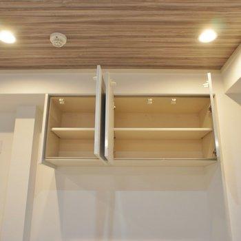 キッチン後ろにもちょっとした収納が!。※写真は2階の同タイプのもの