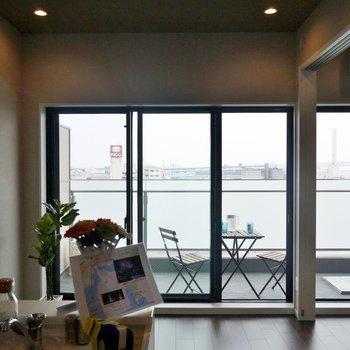 大きめの窓・高めの天井で開放感バツグン♪※写真は別室です。