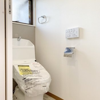 温水洗浄付きで、小窓もあります。