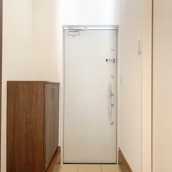 玄関はコンパクトめに。