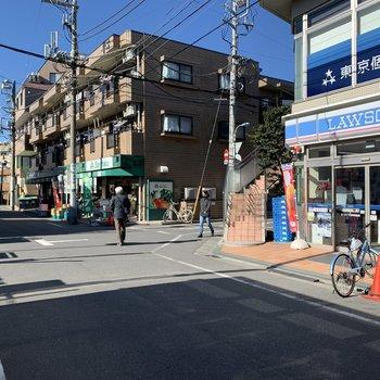 駅を出るとコンビニとスーパーがすぐあります。